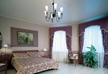 Такой потолок в спальне будет успокаивать