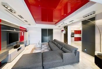 Использование красного и белого цветов в отделке потолка