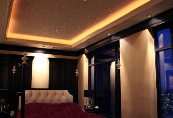 Потолок «звездное небо» для спальни тоже будет очень удачным решением
