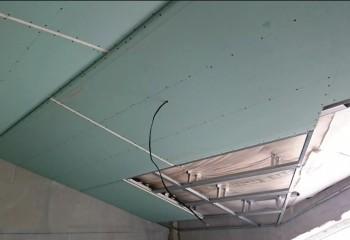 Гипсокартонная конструкция на потолке мансарды