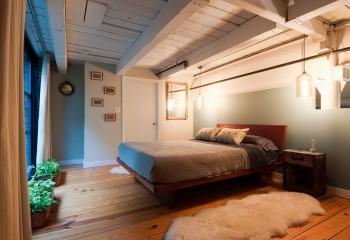 Светлый потолок из доски и балок