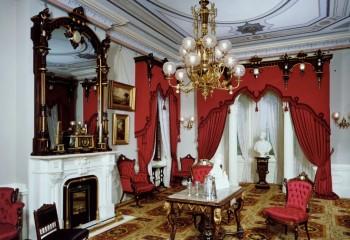 Потолочная роспись и лепнина является визитной карточкой стиля ампир