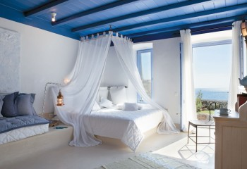 Спальня в средиземноморском стиле с деревянным крашеным потолком