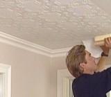 Как клеить обои на потолке: этапы работ