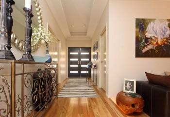 Короб из гипсокартона по периметру потолка зрительно увеличивает высоту помещения