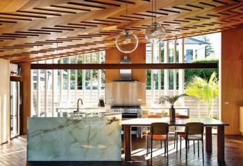 Дизайнерский деревянный потолок в кухне-столовой