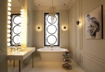 Люстра с подвесками комбинируется с потолочным встроенным и настенным освещением