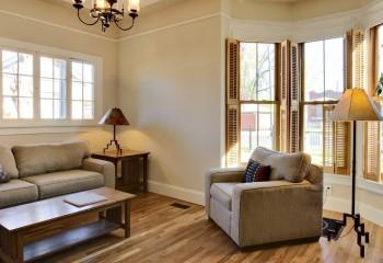 Обшивка стен гипсокартоном с заходом на потолок и отделкой фризом