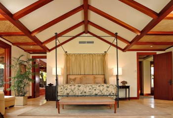 Балочная конструкция повторяет форму мансардного потолка