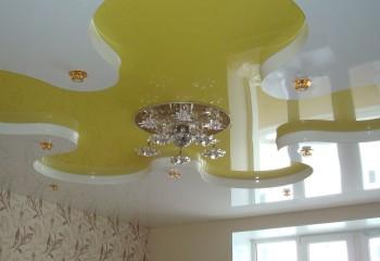 В небольшой комнате использование глянцевого покрытия приглушенного цвета позволит избежать слишком насыщенной яркости