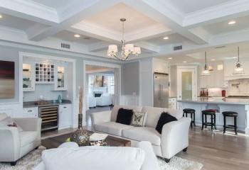 Интерьер гостиной с гипсокартонным потолком