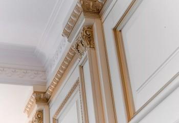 Установка плинтуса потолочного с декоративной целью может выполняться не только на стыке потолка со стенами