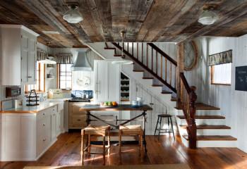 Потолок под старину из патинированной обрезной доски разной ширины