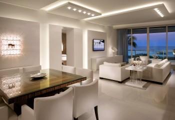 Сгруппированные точечные приборы корректируют поток света от скрытой светодиодной ленты или трубки