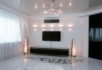 Светлое покрытие в белоснежной гостиной с наливным глянцевым полом