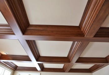Деревянные кессоны в сочетании с натяжным потолком