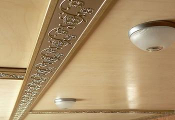 Швы между листами фанеры можно скрыть декоративным багетом