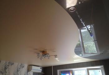 Комбинирование матовой и глянцевой поверхностей одноуровневого натяжного потолка