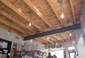 Деревянный потолок стиле лофт не нуждается в сокрытии коммуникационных линий