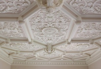 Кроме плинтусов, из полиуретана изготавливают все возможные элементы лепного декора