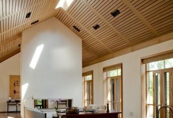 Потолок, подшитый деревянной рейкой