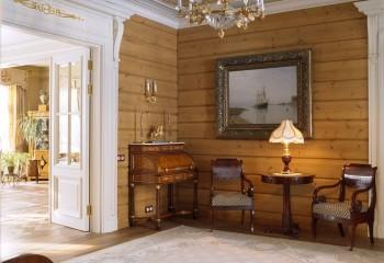 Интерьер в стиле русской усадьбы: гипсокартонный потолок гармонирует с оформлением дверных и оконных проёмов
