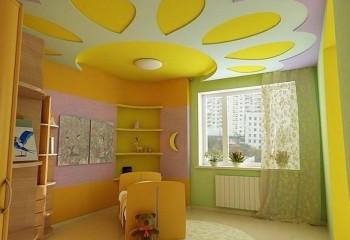 Желтый потолок в детской комнате