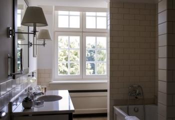 В ванной комнате с окном, окрашенная поверхность надолго сохранит первоначальный вид