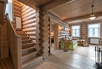 Гармоничный дизайн потолков в деревянном доме