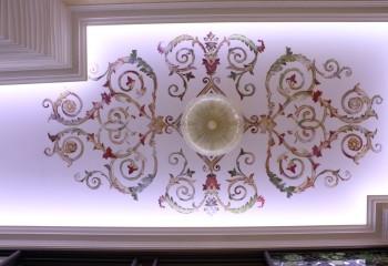 Для классических интерьеров выполняют трафаретную или ручную симметричную роспись