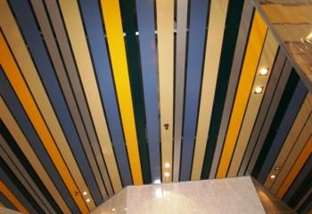 Покрытие сделано из разноцветных реек разной ширины
