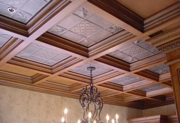 Комбинированный потолок из МДФ и стекла