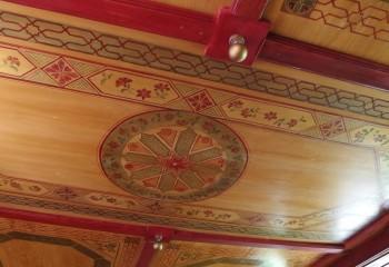 Нанесение трафаретного рисунка на фанерный потолок