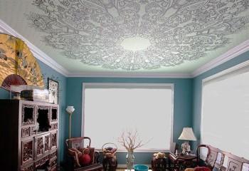 Орнамент на потолке поддерживает стиль исполнения мебели