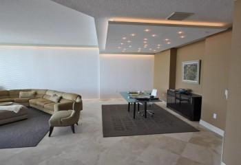 И форма потолка, и раздельная подсветка зон, без стен определяют границы рабочей зоны
