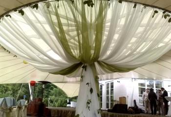 Драпировка тканью шатра во дворе дома