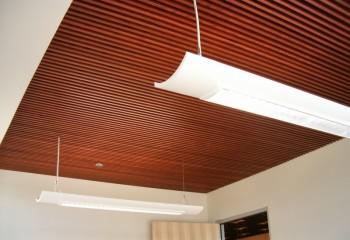 Реечная вставка в потолок из гипсокартона