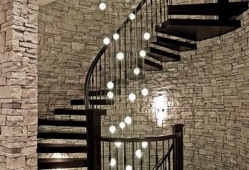 Для освещения на лестнице прекрасно подойдут изящные каскадные конструкции светильников