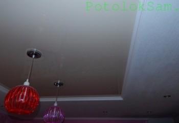 Шов по периметру натяжного полотна закрыт узким потолочным плинтусом