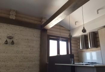 Ломаная линия потолка в зоне кухни
