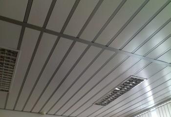 Реечный металлический потолок со встроенными светильниками