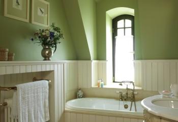 Приятный оливковый оттенок потолка отлично гармонирует с панелями цвета пломбира