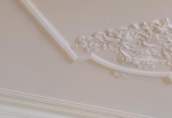 Оригинальная идея оформления потолка накладной лепниной и обычным молдингом