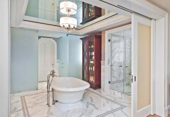 Зеркальные потолки в ванной – отличное решение