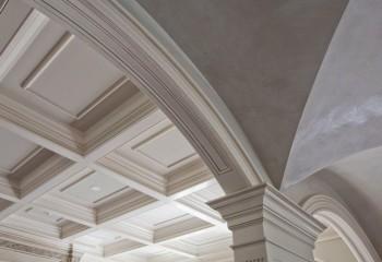 Оформление полиуретановым плинтусом кессонного потолка и арочных пролётов