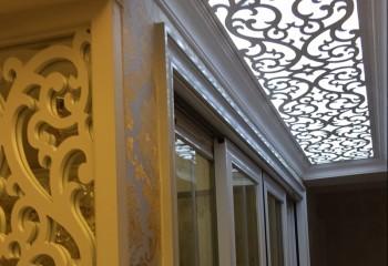 Фрезерованные элементы декора в коридоре