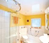 Натяжной потолок в ванной – переоценить невозможно