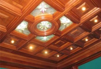 Витражные вставки в оформлении потолка