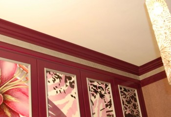 Плинтус, покрашенный в цвет отделки стен