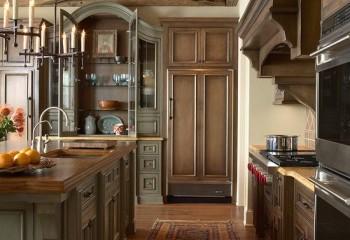 Красивый интерьер кухни с открытыми балками перекрытия
